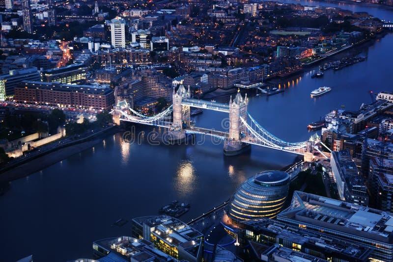 Лондон на ноче с городскими архитектурами и мостом башни стоковое фото