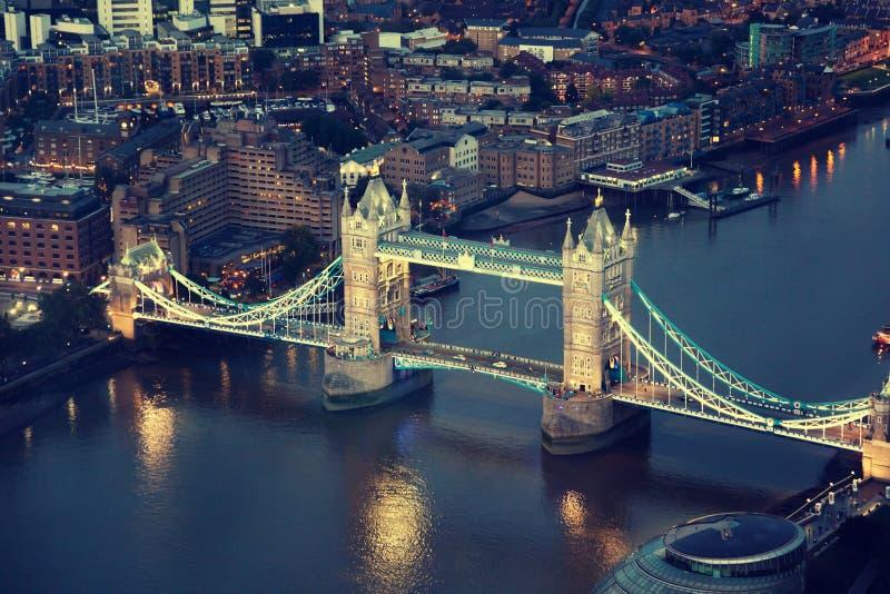 Лондон на ноче с городскими архитектурами и мостом башни стоковая фотография rf