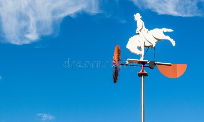 Лопасть погоды ковбоя против голубого неба стоковые изображения