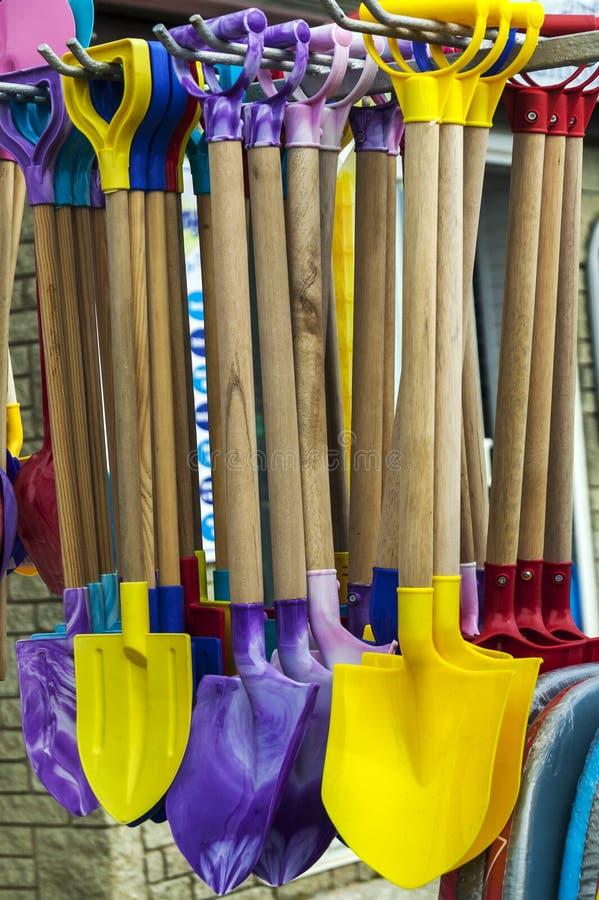 Лопаты пляжа игрушки стоковое изображение rf