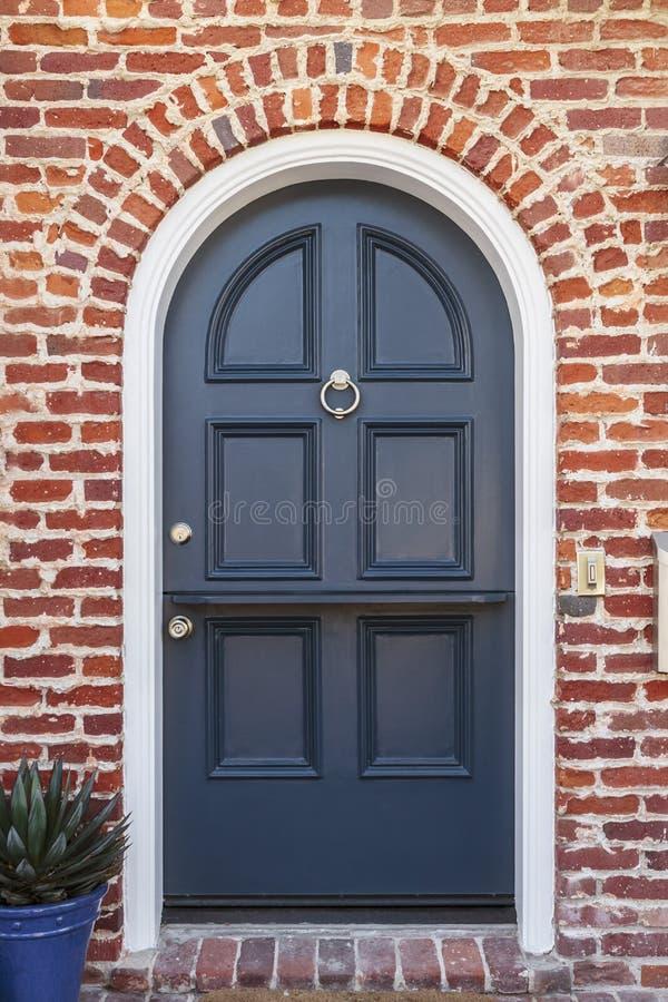 Лоснистая голубая дверь к классическому дому brownstone стоковое фото rf