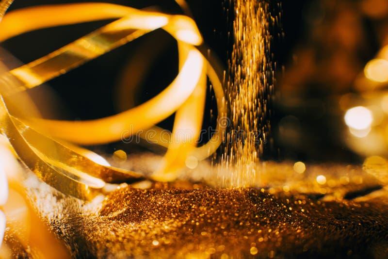 Лоснистый состав искусства ногтя предпосылки яркого блеска золота стоковое изображение
