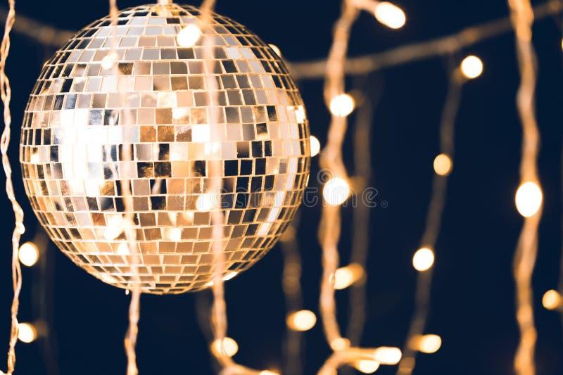 лоснистый шарик диско с гирляндой стоковая фотография