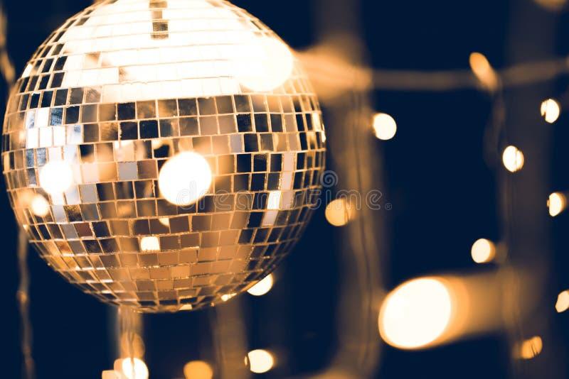 лоснистый шарик диско с красивой гирляндой стоковое фото rf