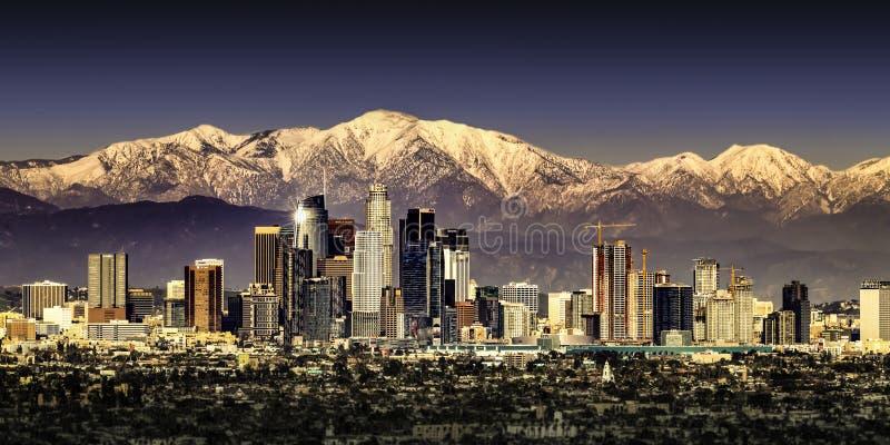 Лос-Анджелес Калифорния с горами покрытыми снегом стоковые фотографии rf