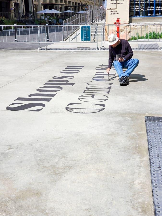 Лос-Анджелес, CA/Соединенные Штаты - 14-ое мая 2019: Улучшения человека крася на СТРОКЕ DTLA, растущем коммерчески развитии для стоковое изображение