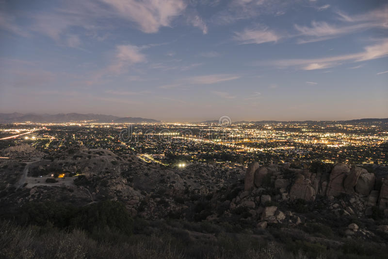 Лос-Анджелес западное San Fernando Valley на сумраке стоковые фото