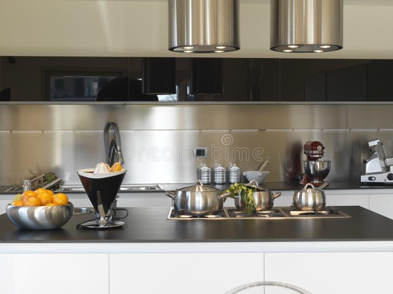 лотки кухни самомоднейшие стальные стоковое фото