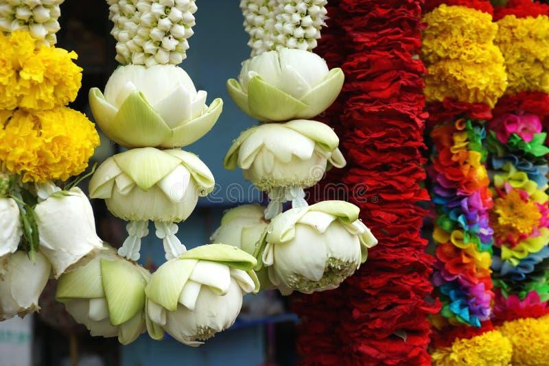 Лотос и хризантема цветут гирлянды на индусском виске в Бангкоке Таиланде стоковое изображение