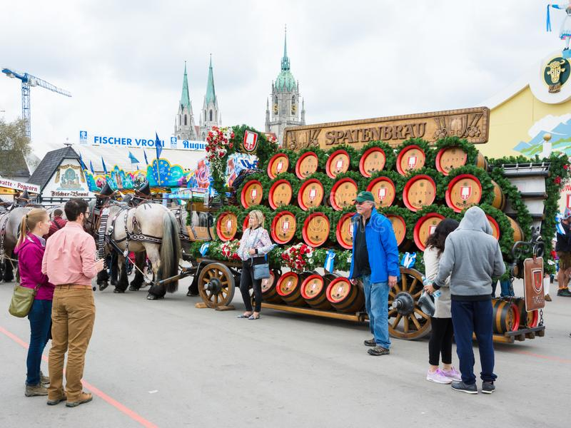 Лошади Haflinger вытягивая бочонки пива на Oktoberfest стоковые изображения rf