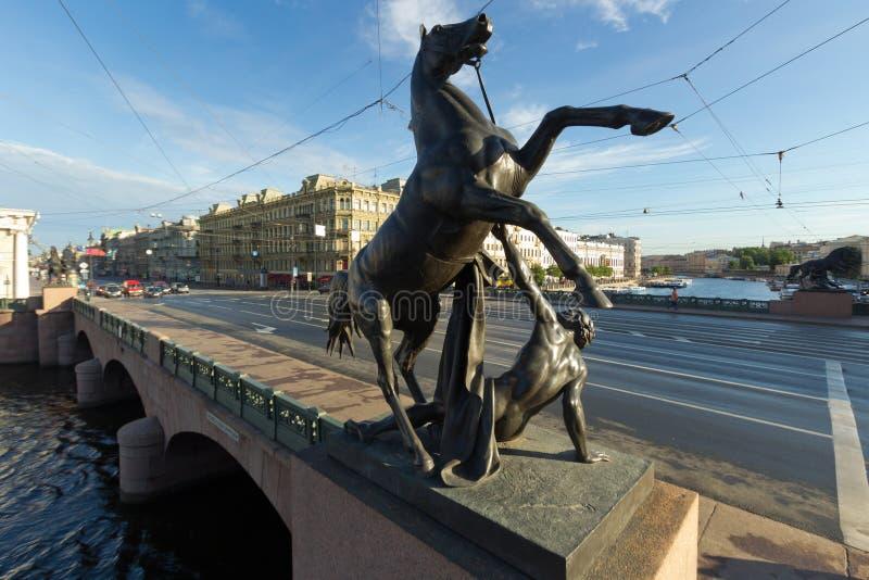 Лошади Klod на мосте Anichkov, Санкт-Петербурге, России стоковое изображение