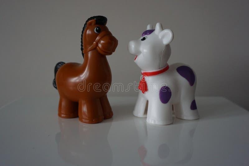 Лошадь Брайна и белая овечка Пластичные диаграммы стоковая фотография