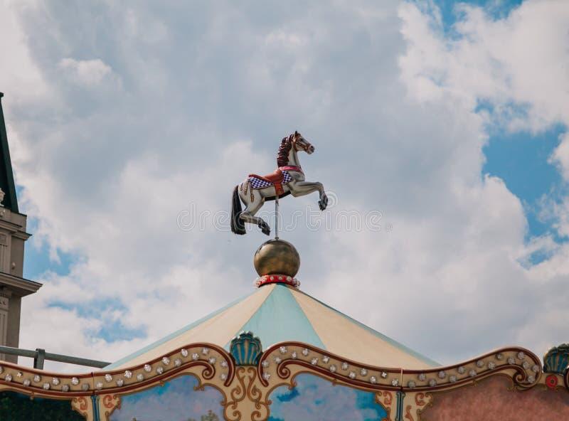 Лошадь игрушки над carousel стоковое фото