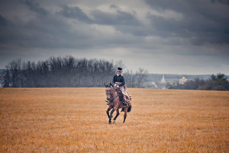 Лошад-звероловство с дамами в привычке катания стоковое изображение rf