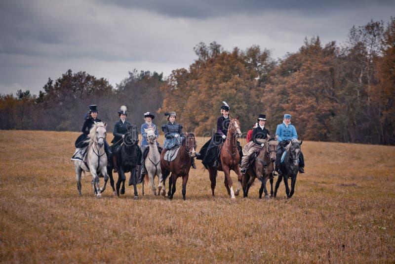 Лошад-звероловство с дамами в привычке катания стоковая фотография rf