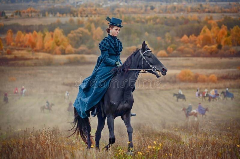 Лошад-звероловство с всадниками в привычке катания стоковые фотографии rf