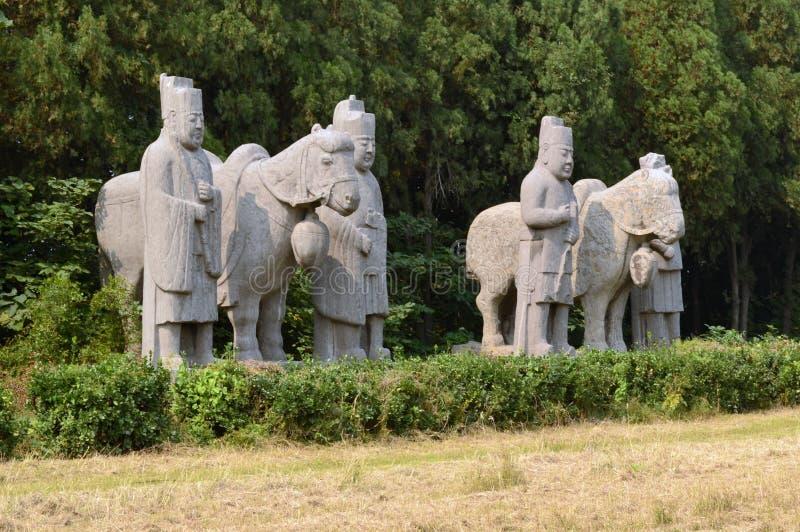 Лошади & стабилизированные статуи мальчиков, усыпальницы династии песни стоковое фото