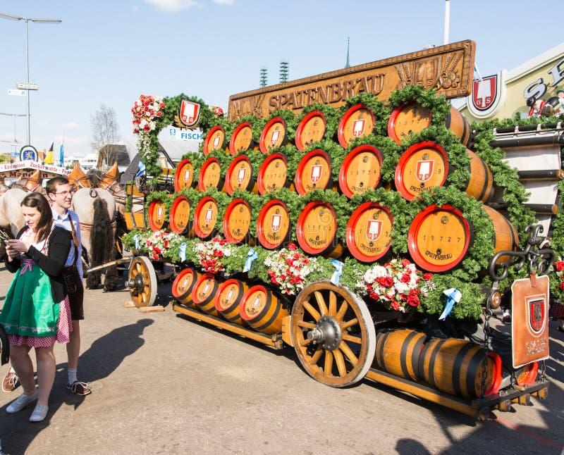 Лошади Haflinger вытягивая бочонки пива на Oktoberfest стоковые фото