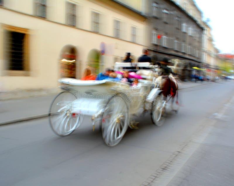 Лошад-нарисованный экипаж в Кракове, Польша стоковое изображение rf