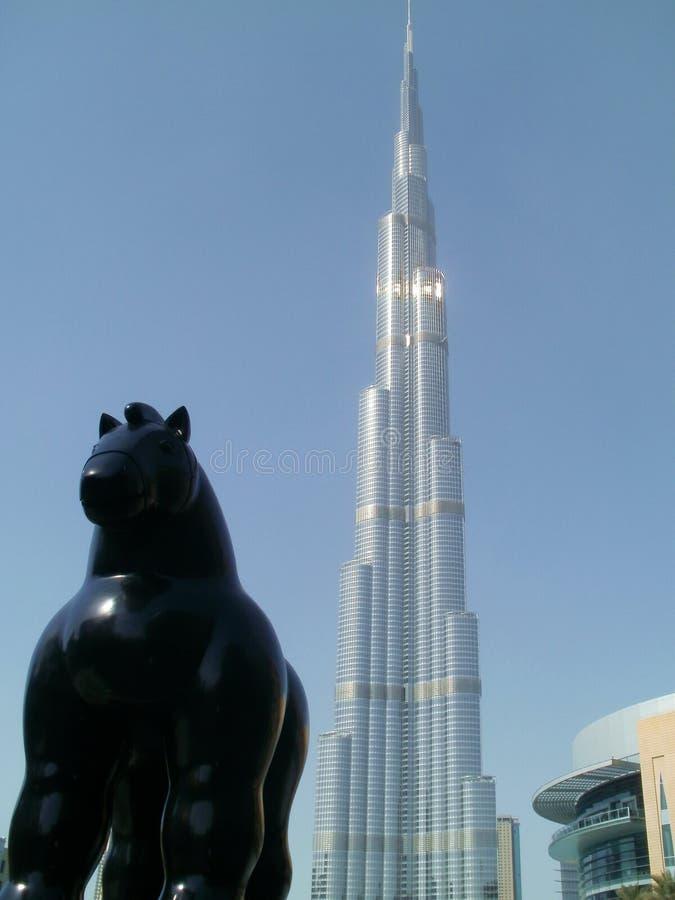 Лошадь перед самым высокорослым зданием в мире стоковые изображения rf