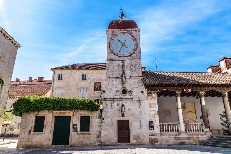 Лоджия башни с часами и города - Trogir, Хорватия стоковая фотография rf