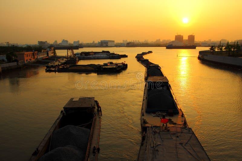 Лодки - выравнивающ небо Шанхая - баржа Китая стоковые фото
