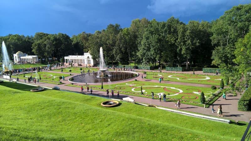 Лужайки Peterhof, Российской Федерации стоковое изображение