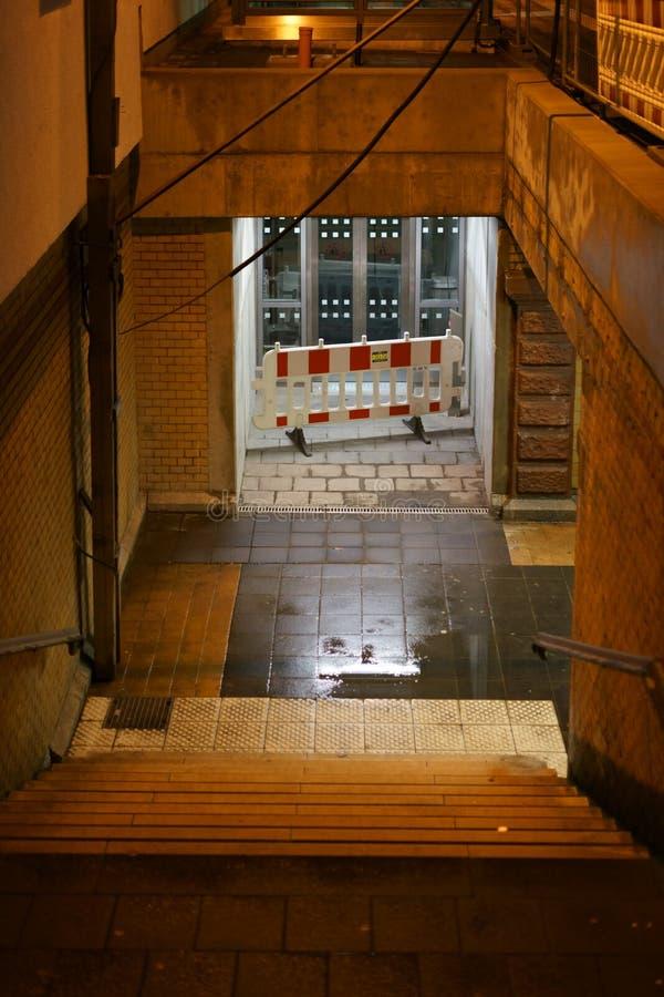 Лужицы дождя на лестницах стоковая фотография