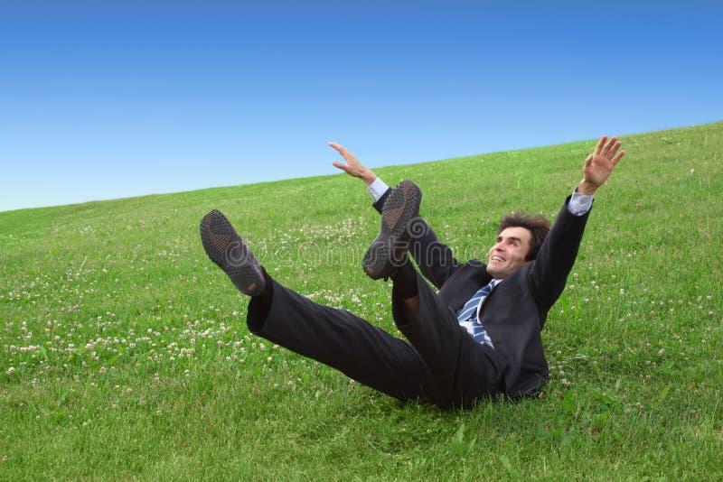 лужок бизнесмена лежа стоковая фотография