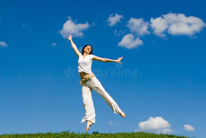 лужок девушки скача стоковое фото