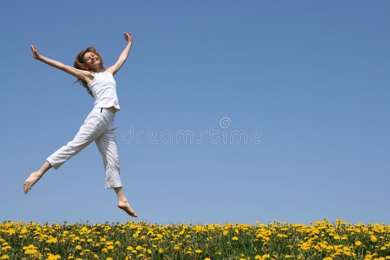 лужок девушки танцы довольно стоковая фотография