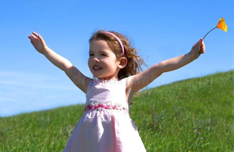 лужок девушки травянистый маленький стоковые фотографии rf