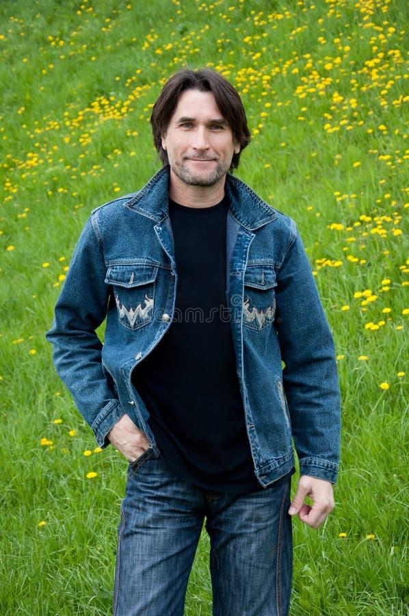 лужок человека джинсыов стоковые изображения