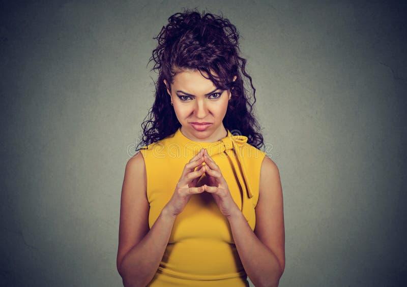 Лукавое, замышляя черчение молодой женщины что-то стоковое изображение rf
