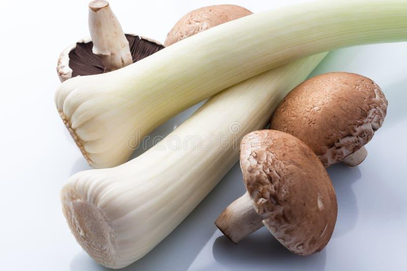 Лук-порей и грибы на белизне сверху стоковое изображение