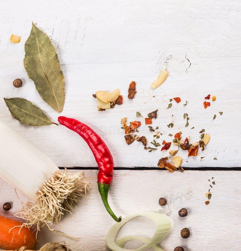 Лук-порей и специи на белой деревянной предпосылке стоковое фото rf