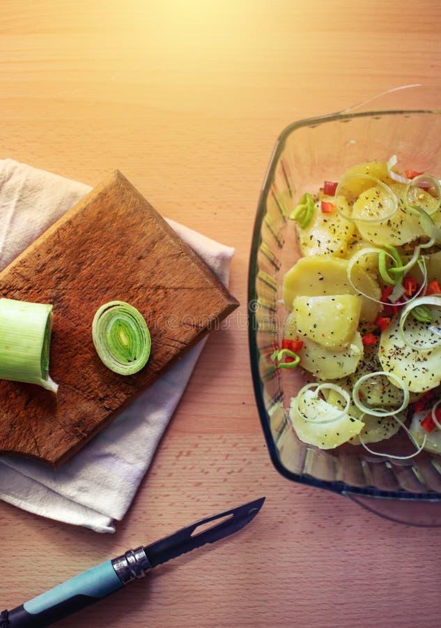 Лук-порей, картошки и специи в стеклянном шаре стоковая фотография rf