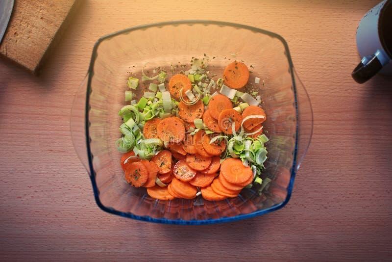 Лук-порей, моркови и специи в стеклянном шаре стоковые изображения rf