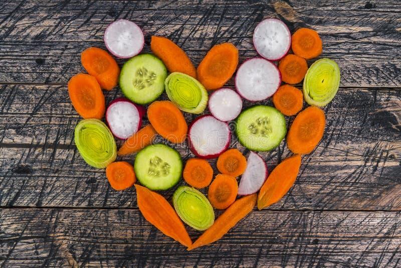 Лук-порей огурца морковей предыдущей доски овоща сердца деревянный стоковая фотография