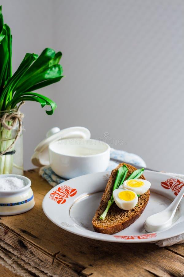 Лук-порей с яичками и сметаной триперсток на хлебе рож, закуске стоковая фотография rf