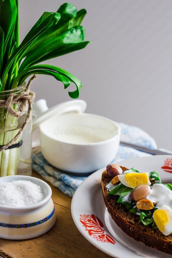 Лук-порей с яичками и сметаной триперсток на хлебе рож, закуске стоковое изображение rf
