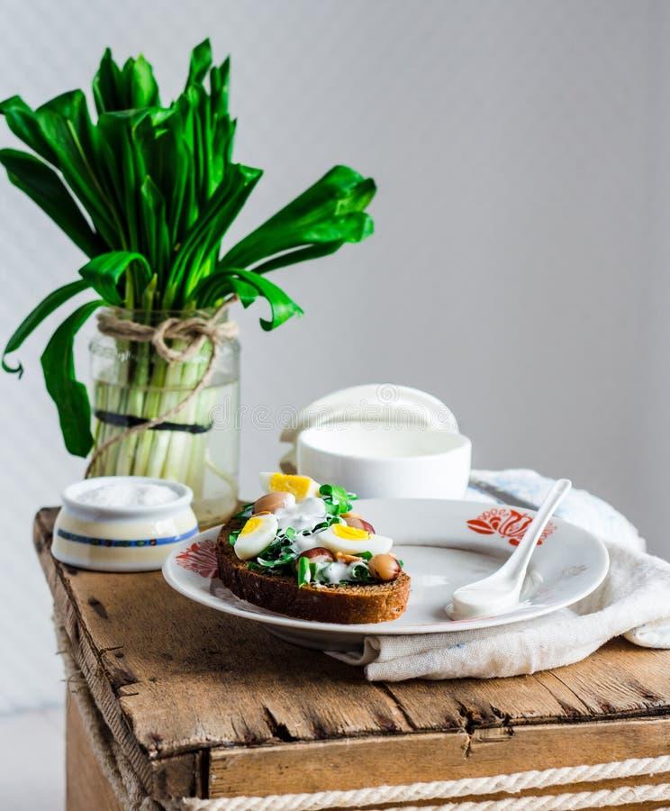 Лук-порей с яичками и сметаной триперсток на хлебе рож, закуске стоковые фотографии rf