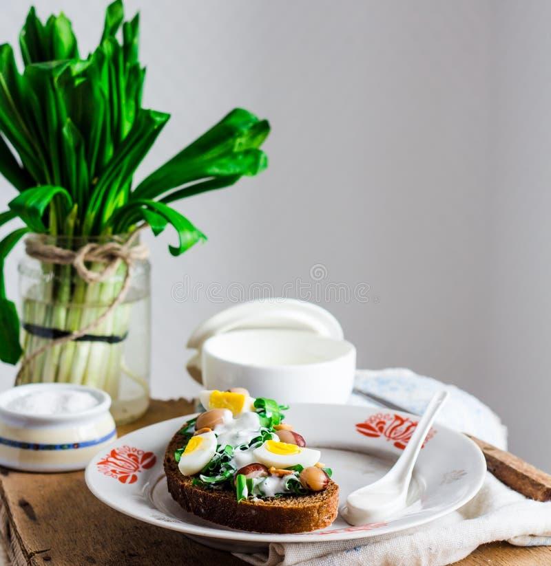 Лук-порей с яичками и сметаной триперсток на хлебе рож, закуске стоковое фото