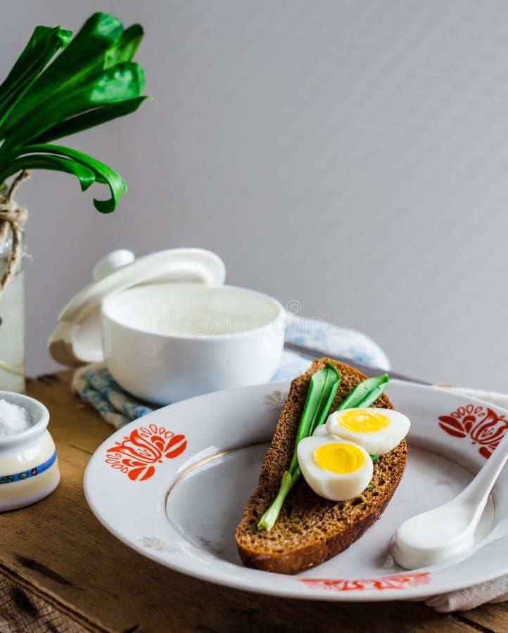 Лук-порей с яичками и сметаной триперсток на хлебе рож, закуске стоковая фотография