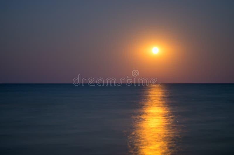 Лунатируйте в ночном небе, горизонте моря, затишье, отражении стоковая фотография rf