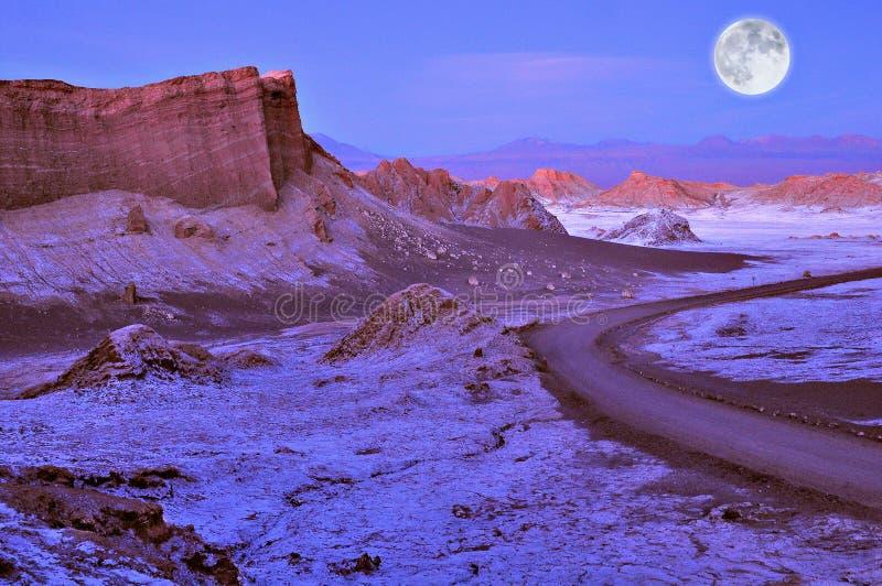 Лунатируйте долина в пустыне Atacama на времени захода солнца, стоковые изображения