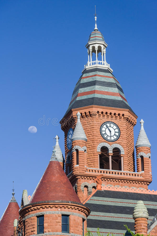 Лунатируйте над башней с часами старого красного музея в Далласе, Техасе стоковое изображение
