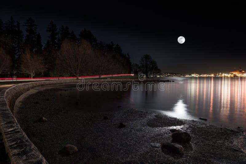 Лунатируйте поднимать над городом осмотренным от парка ` s Стэнли Ванкувера стоковые фото