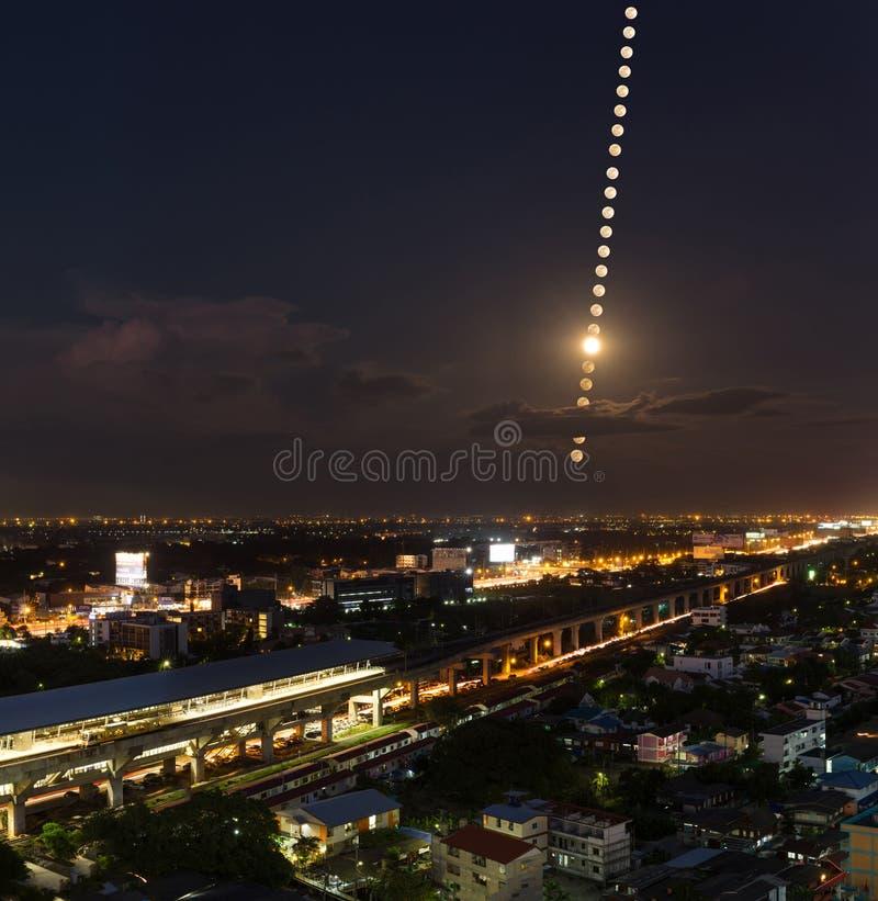 Лунатируйте участки, след луны над городом pf Бангкоком, Таиландом Nig стоковые изображения