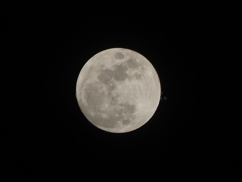 Луна… в пасмурной ноче стоковая фотография rf